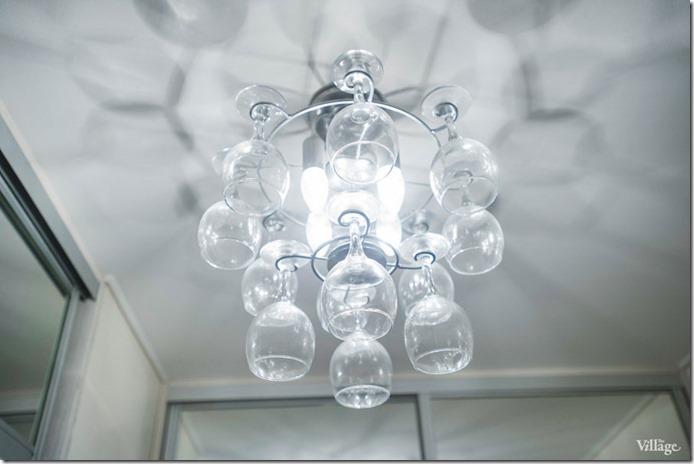 griestu lampa ar vīna glāzēm virtuvē