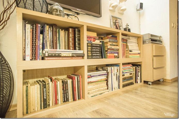 mājas bibliotēka trīsistabu dzīvoklī