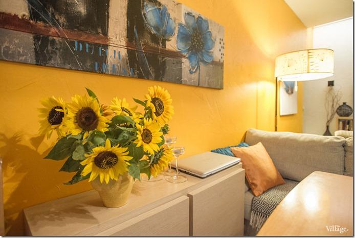 spilgts viesistabas interjers ar saulespuķēm