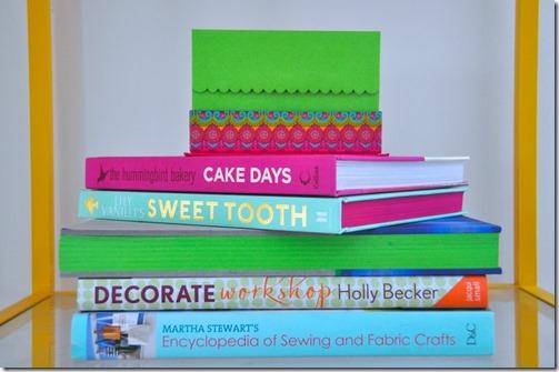 grāmatas ar krāsainām lapaspusēm