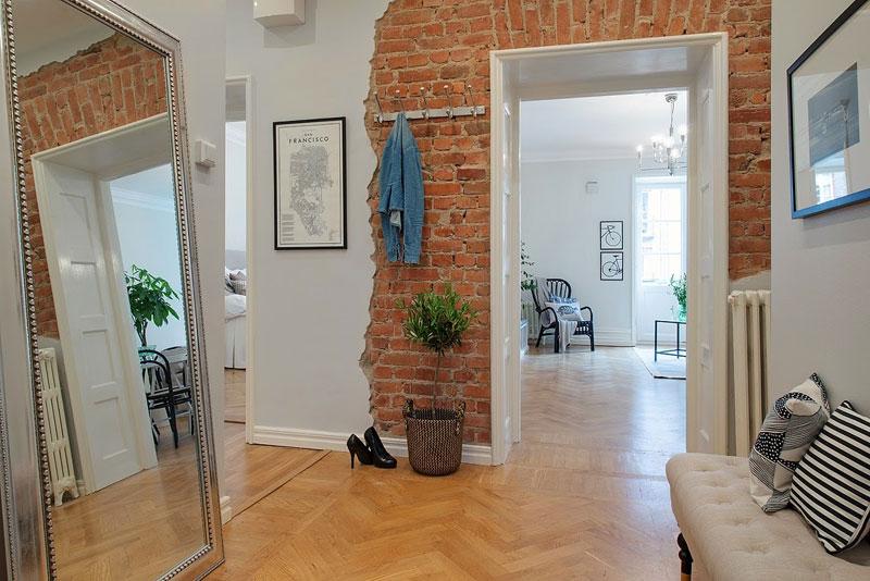 dzīvokļa interjers ar ķieģeļa sienas apdari
